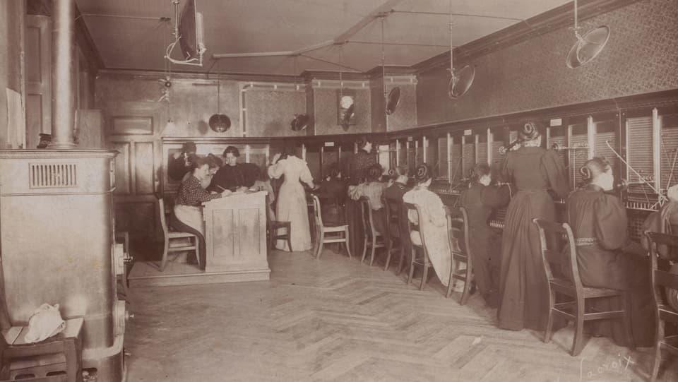 Kleine Telefonzentrale und ihre Telefonistinnen ca. 1890 / 1900
