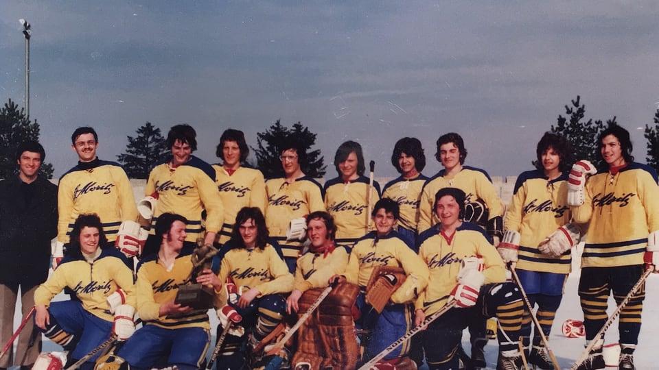 Squadra da hockey cun chamischolas melnas