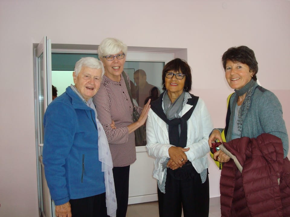per inaugurar ina scolina a Berdavan, en il nord. Da sanester: Heidi Kind (presidenta da Little Bridge Svizra, Maria Goris (presidenta da Little Bridge Armenia), Rosalia Jörg ed Agnes Wäfler (Brocki Grischun).