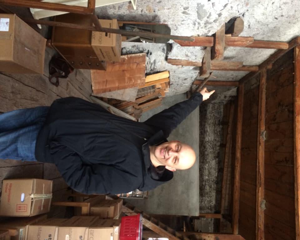 Tim Krohn en ina gronda stanza cun massa spazi e stgatlas da chartun.