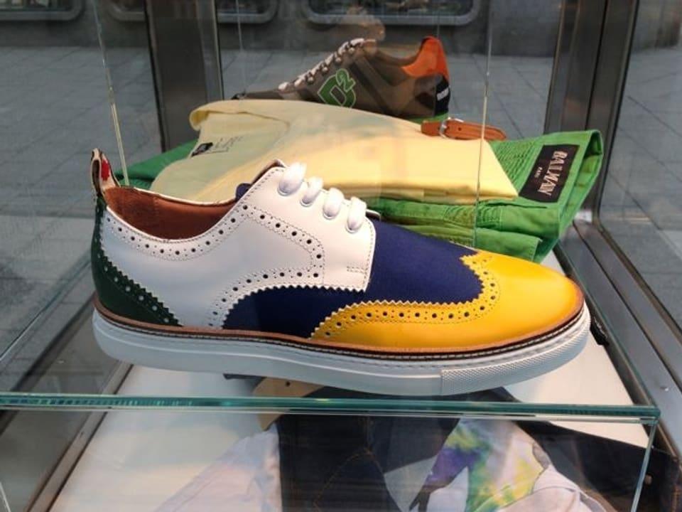 Bunter Schuh mit weiss, blau und gelbem Leder.