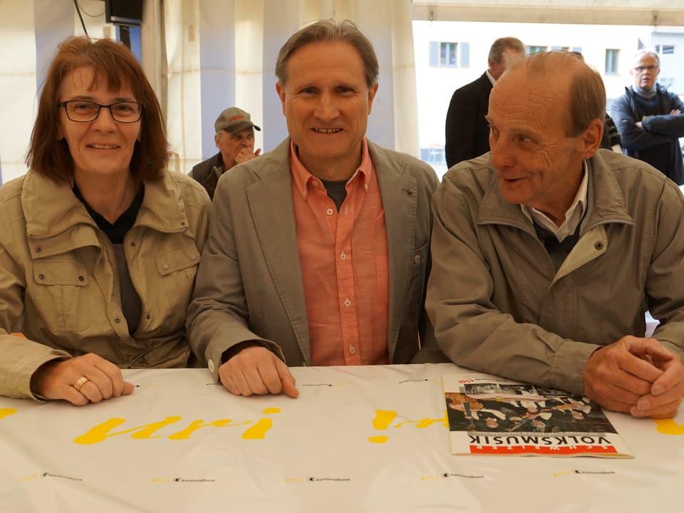 Gruppenbild mit Beat Tschümperlin und dem glücklichen Ehepaar.