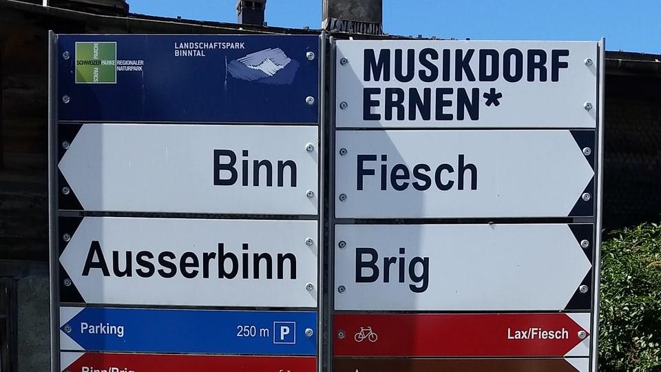 Ein Velowegweiser mit der Aufschrift Ernen (32km) und Oberwald (6km).