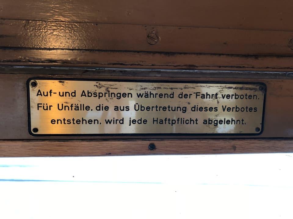 Aufschrift «Auf- und Abspringen während der Fahrt verboten.»