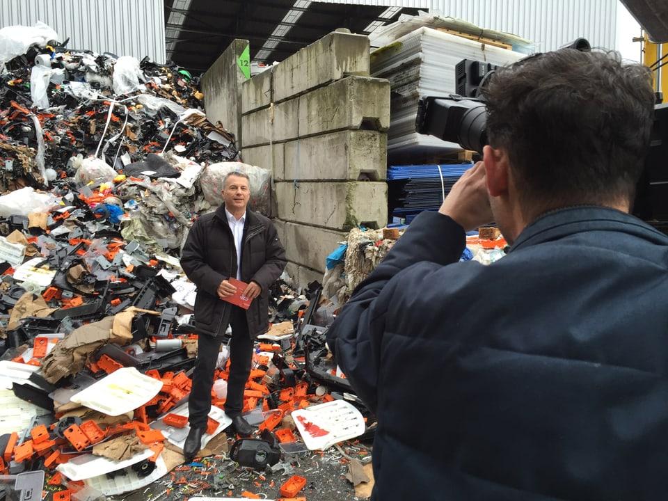 Reto Lipp auf Recycling-Hof.