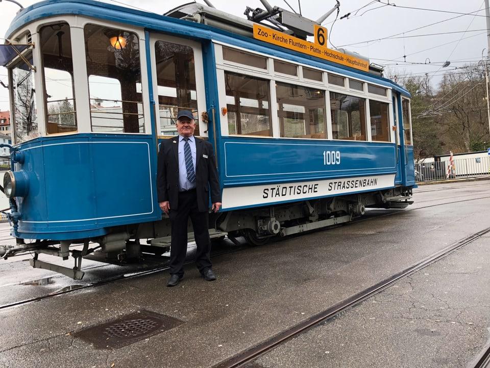 Trampilot vor dem historischen Tram