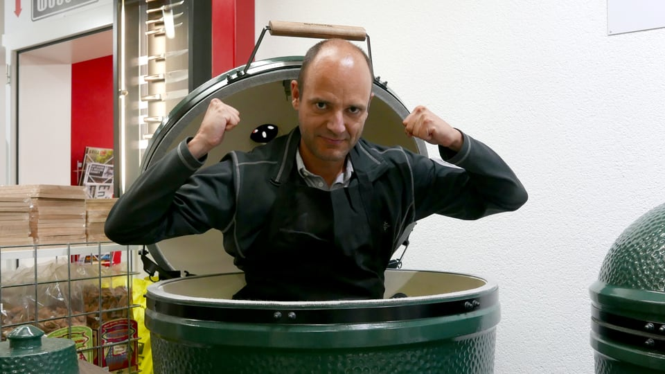 Reto Widmer posiert im Big Green Egg.