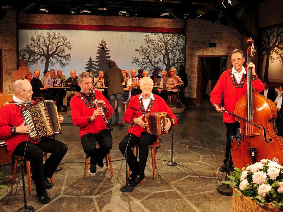 Bruno Brodt (Klarinette) spielt zusammen mit seinem Vater Stefan (Kontrabass) sowie Reto Cantieni (Akkordeon) und Niklaus Jäger (Schwyzerörgeli).