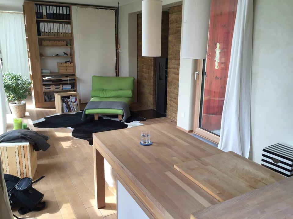 Blick von der Küche in den Wohnbereich. Im Vordergrund steht der verschiebbare Esstisch.