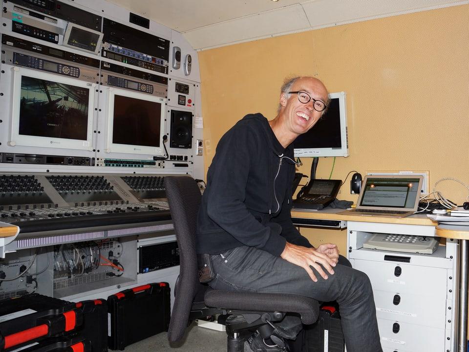 Moritz Wetter sitzt im Regiewagen, der mit vielen elektronischen Geräten ausgestattet ist.