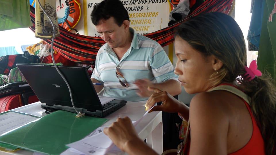 Anwalt Waldemir Da Silva trägt die Geburt des Kindes einer jungen Frau in seinen Computer ein.