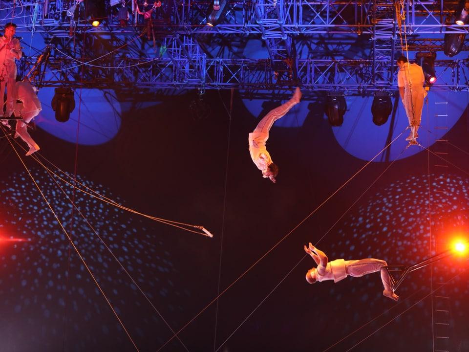 Trapez-Artisten in der Luft.