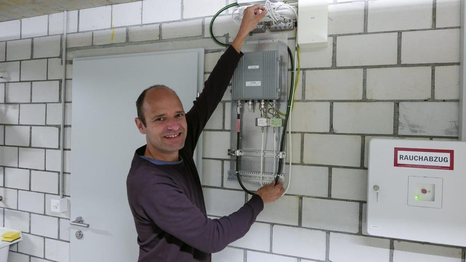 """Am Ende der """"letzten Meile"""": In einem Keller eines Mehrfamilienhauses in Dagmersellen teilt sich das dicke Coax-Kabel auf in weisse Kabel, die das Internet in die Wohnungen bringen."""