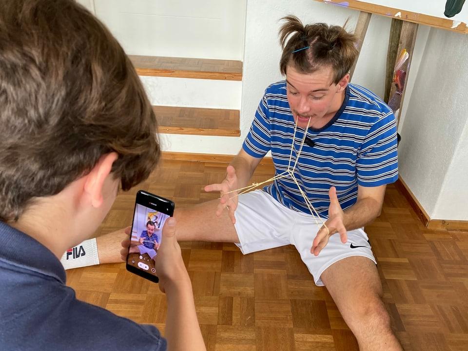 Vincent (14) macht ein Tiktok-Video selber