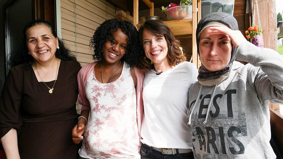 Mona Vetsch mit ihren Zimmerkolleginnen Sabeha, Freweini und Hind (v.links)