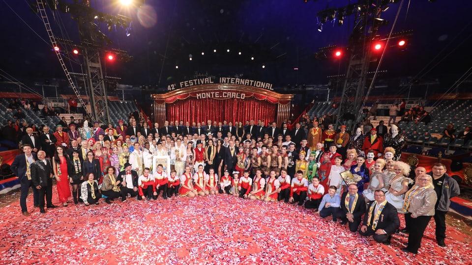 Gruppenbild im Zirkuszelt.