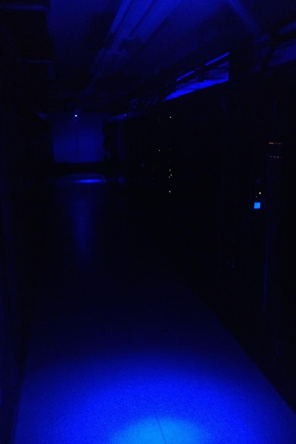 Das Datencenter ist meist dunkel und wird nicht nur permanent überwacht sondern auch ständig gekühlt, damit die Rechner nicht überhitzen.