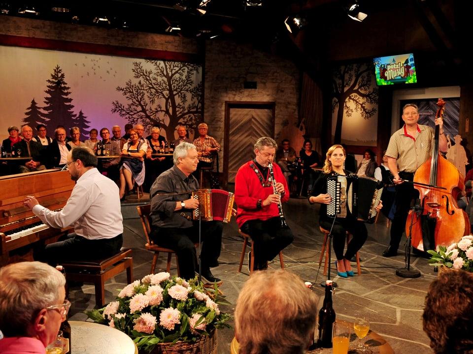 Swiss Ländlermix mit Fredy Reichmuth (Klavier), Daniel Marti (Schwyzeroergeli), Bruno Brodt (Klarinette), Jacqueline Wachter (Akkordeon) und Stefan Schwarz (Kontrabass).
