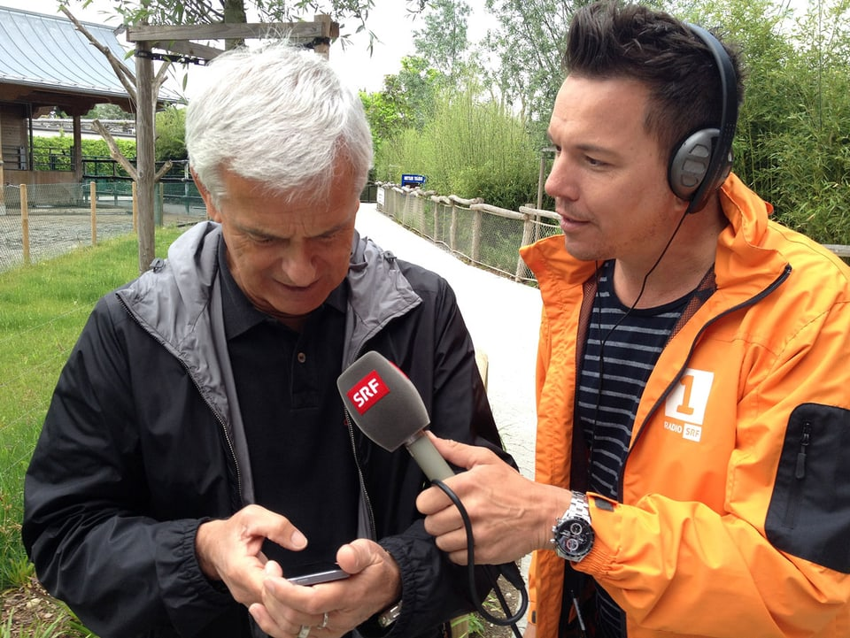Franco Knie schaut auf sein Handy und spricht mit Sven Epiney.
