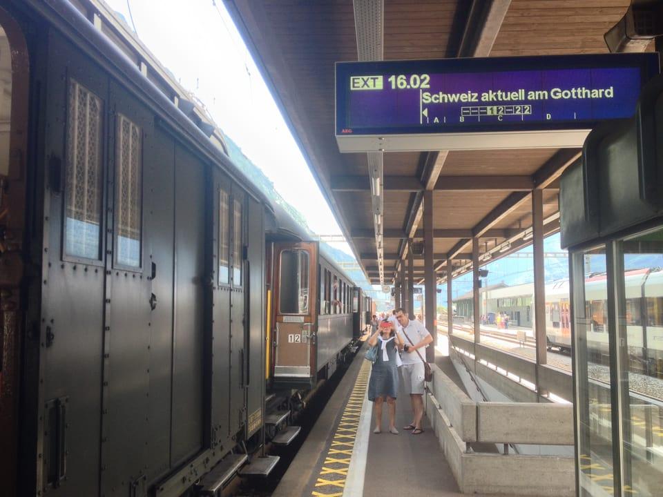 Zugsanzeige auf dem Perron in Biasca: Schweiz aktuell am Gotthard fährt um 16:02 Uhr