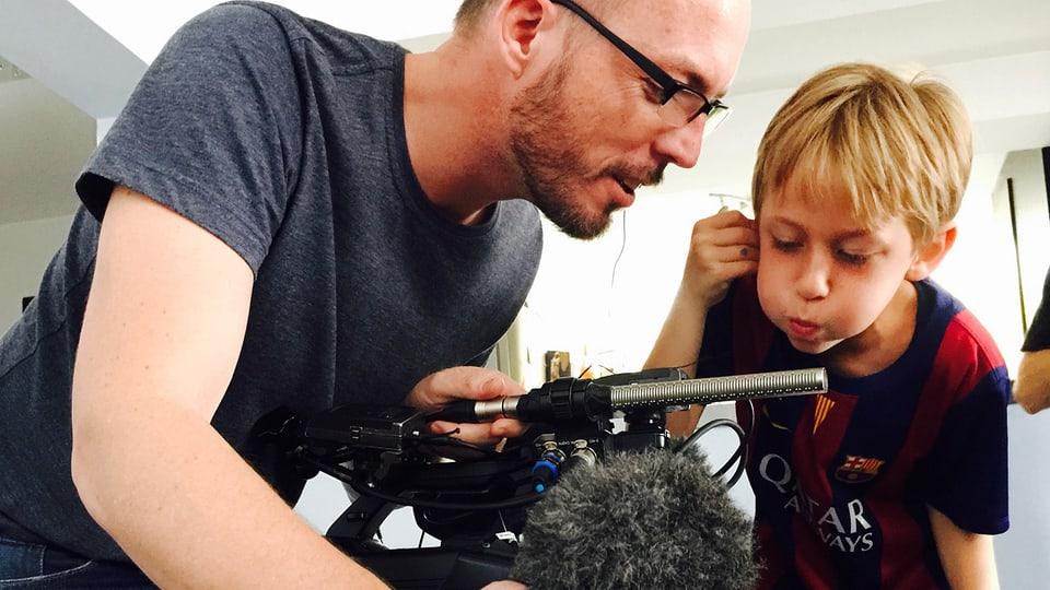Dominic Hiss weiht Sven in die Geheimnisse seiner Kamera ein