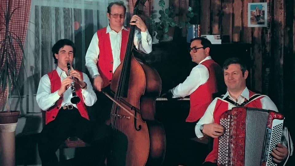 Eine Volksmusikformation mit Klarinette, Bass, Piano und Akkordeon.