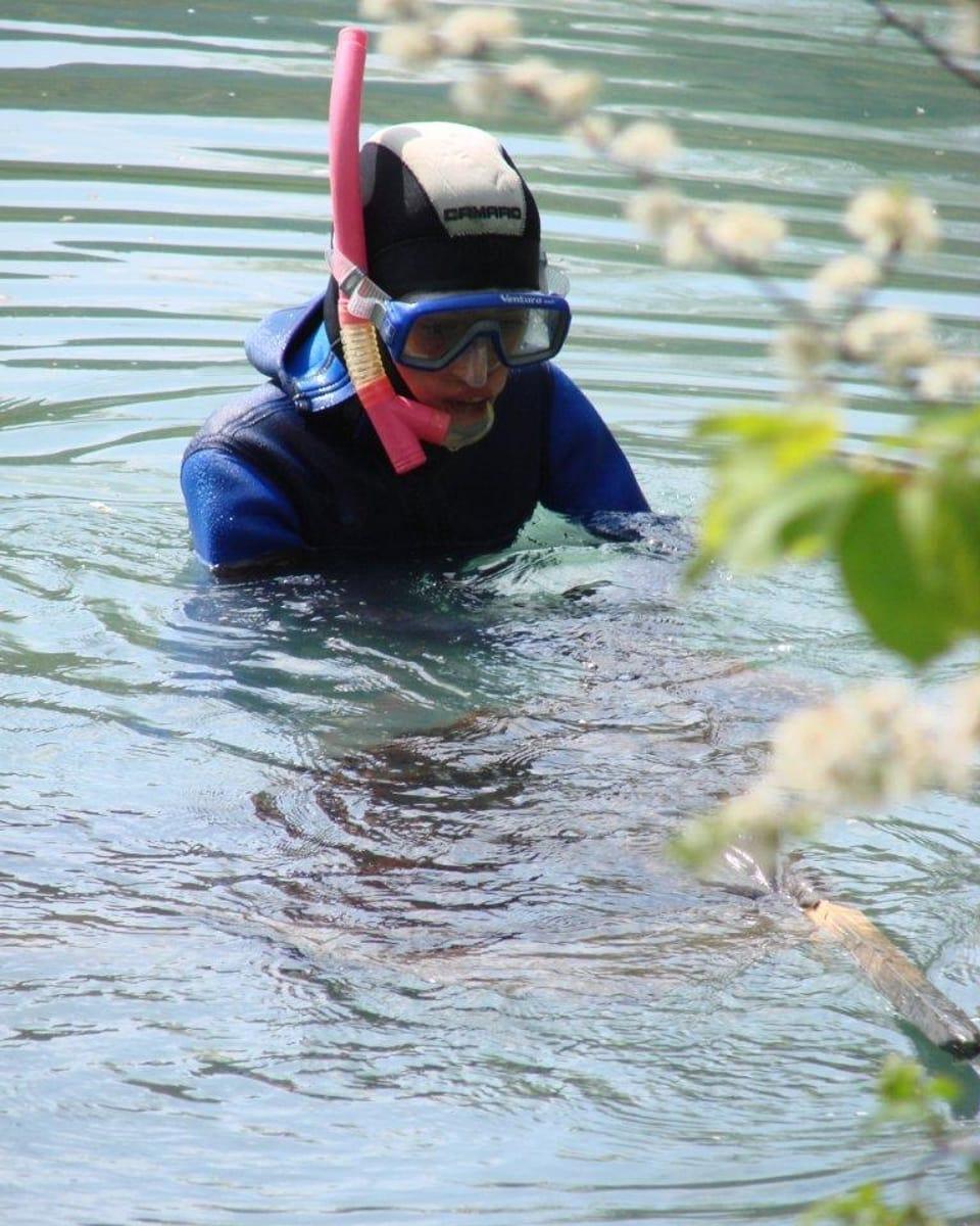 Kalte Füsse: Wer wie Terence Cigler im Frühling Karpfen im Teich filmen will, der braucht eine zweite dicke Haut. (Terence mit Schnorchel im Wasser)