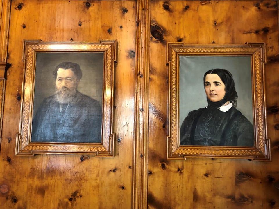 Johannes Badrutt-Berry e sia dunna Maria pendan anc oz en in dals biros da la direcziun dal Kulm.