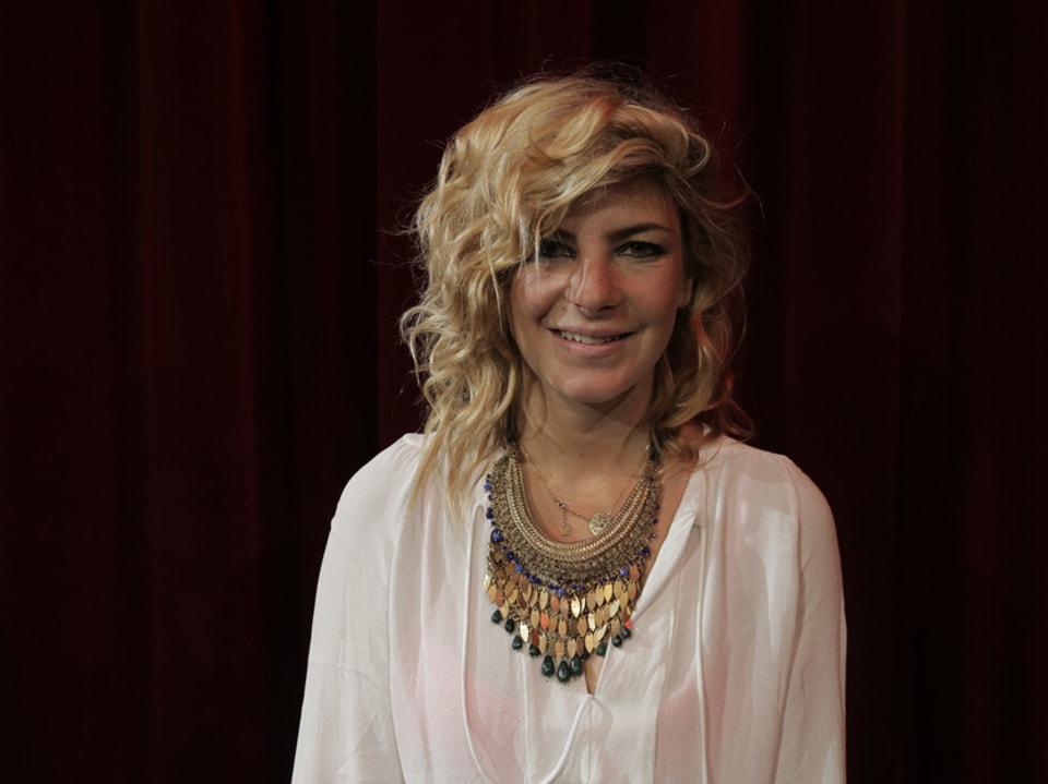Eliana Burki vor dem roten Vorhang.