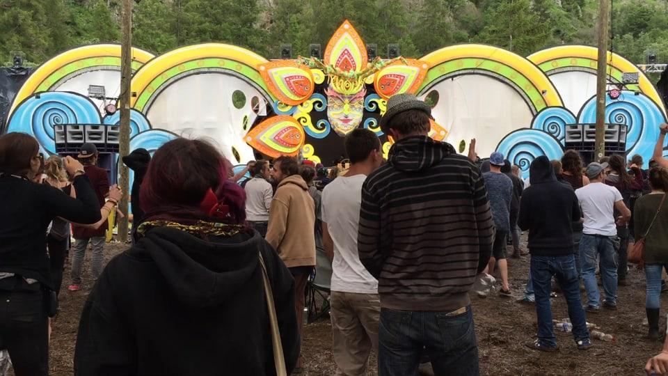 Sur 120 DJ's fan musica al festival da musica electronica.