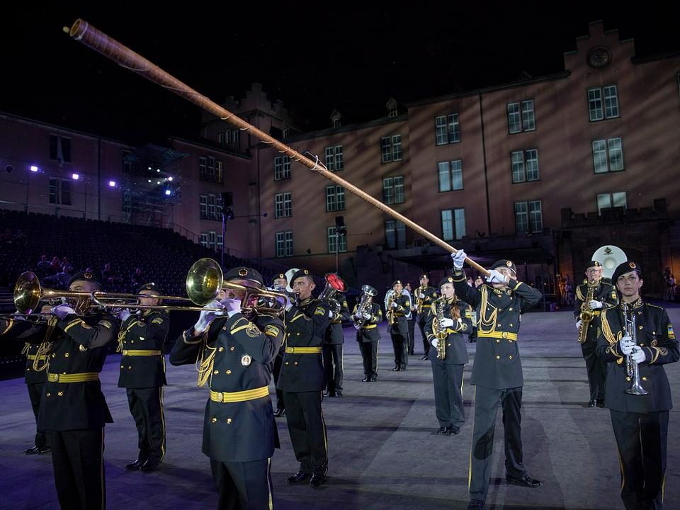 Musiker mit langer Holzinstrument.