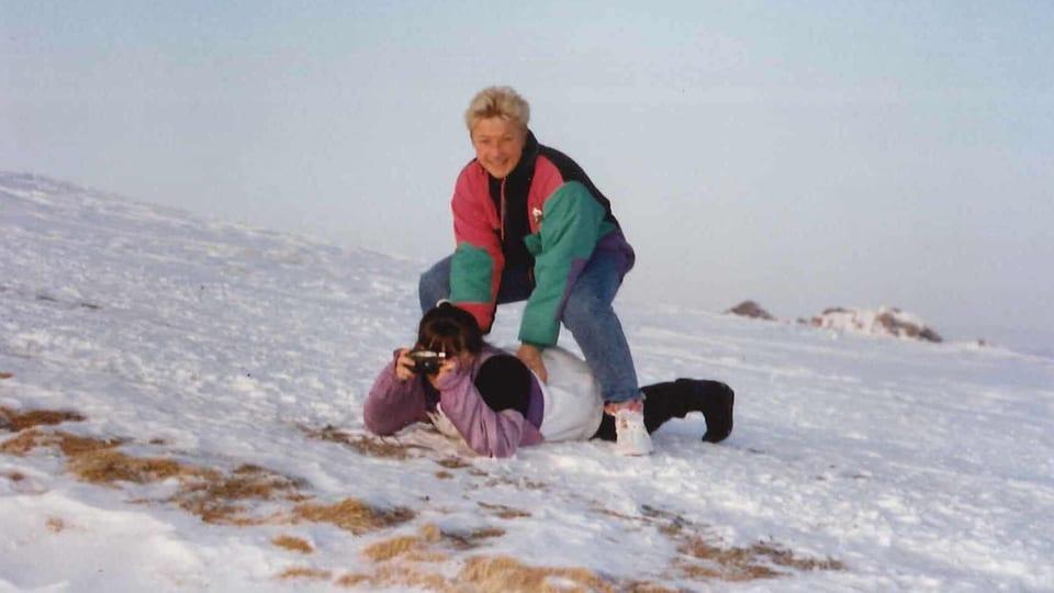 Connie tollt am Schneehang herum.