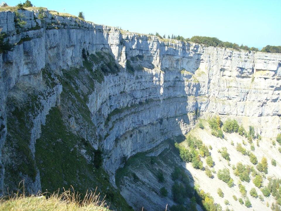 Blick auf Felswand vom Creux Du Vant.