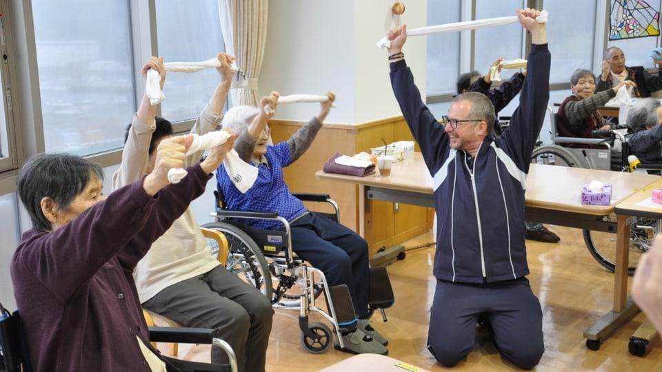 Patrick Rohr als Hilfspfleger im Alterspflegeheim in Onagawa