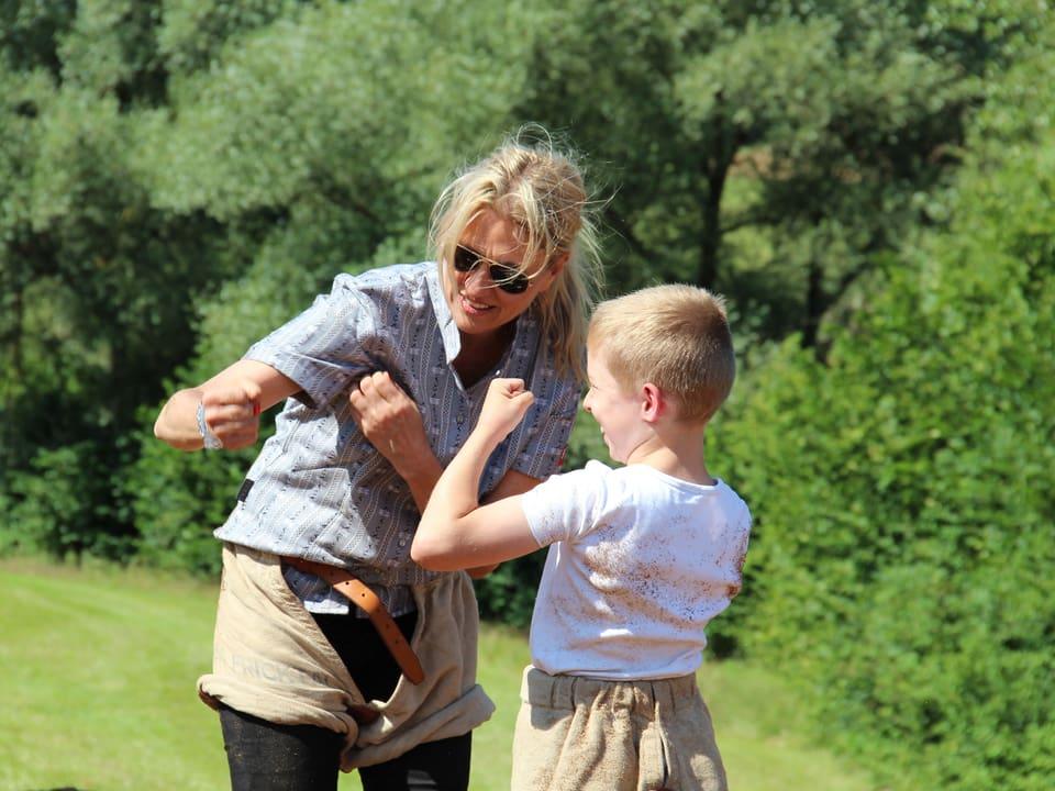 Sandra Schiess und Jungschwinger zeigen sich gegenseitig die Muskeln.