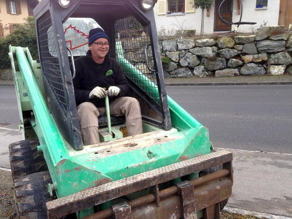 Philipp Galizia in einem Schaufelbagger.