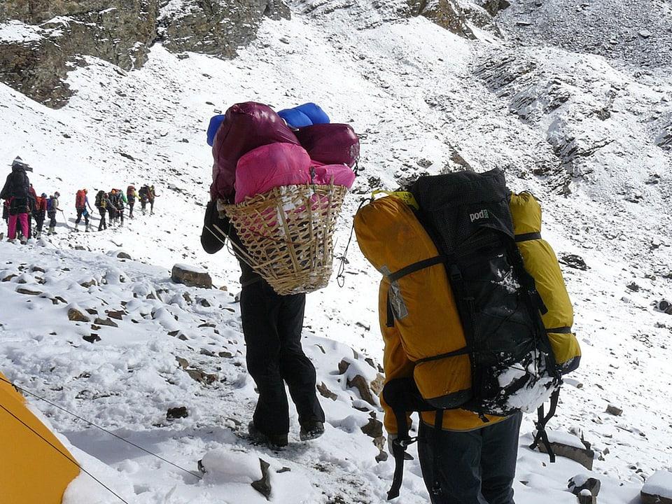 Alpinisten im Schnee.