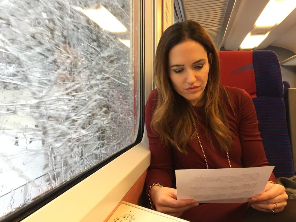 Patrizia Laeri liest Texte im Zug