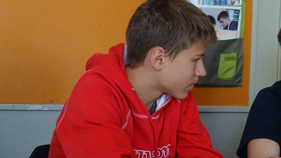 Maurus Malgiaritta tut concentrà en ses banc da scola.