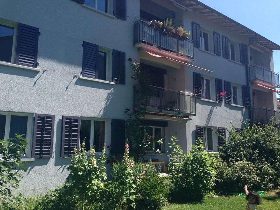 Mehrfamilienhaus mit Garten.