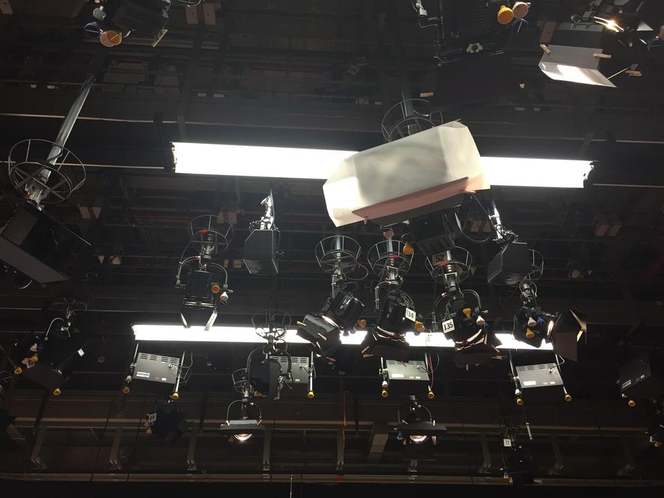 Lampen an der Decke.