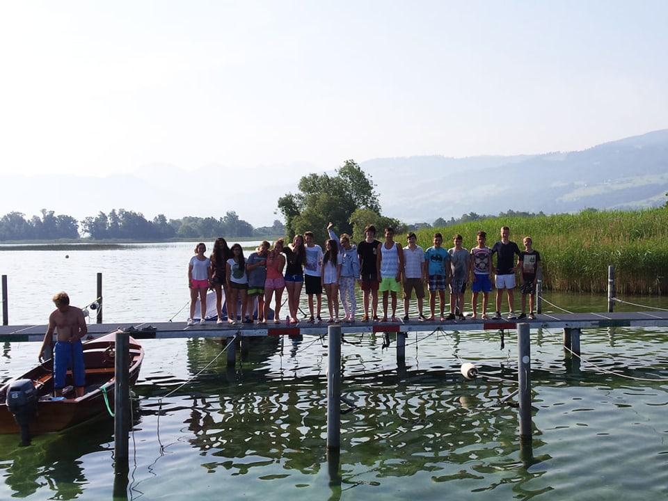 Schulklasse posiert auf dem Bootssteg.