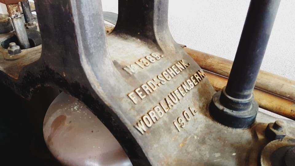 "Inscripziun sin las parts da metal da la pumpa: ""Fer:Schenk.WorbLaufenBern.1901"" (sic!)"