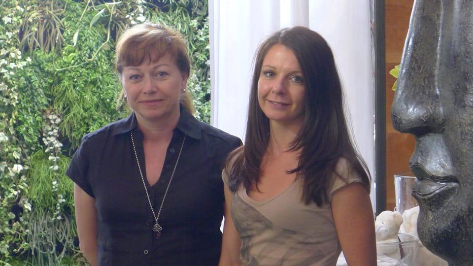 Produzentin Anja Benz und Geschäftsführerin Olivia Hoffmann lächeln in die Kamera.