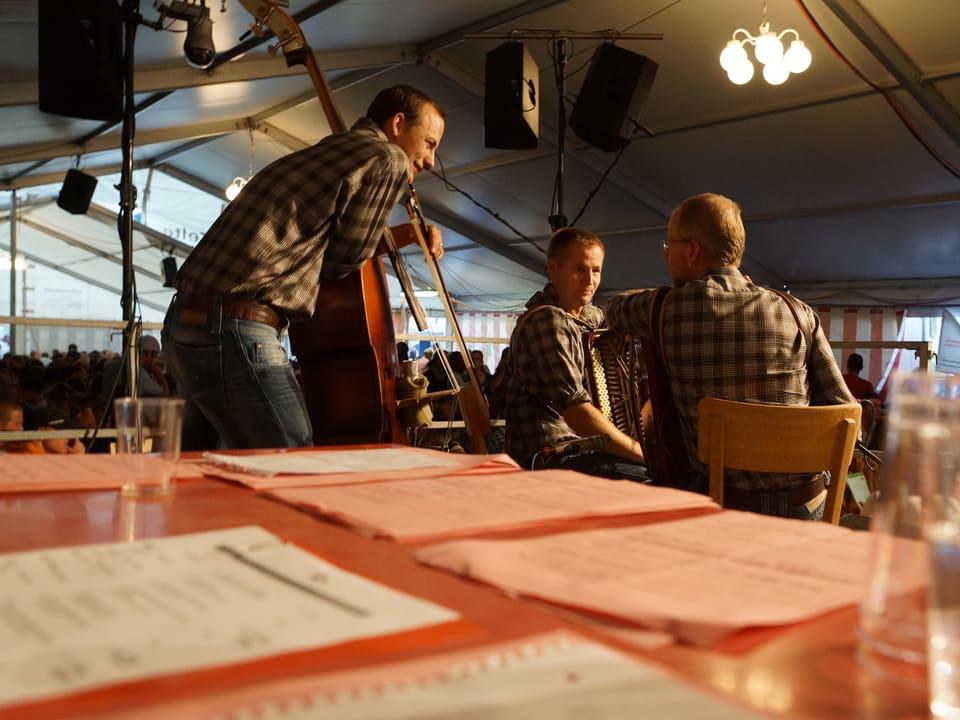 Die drei Musiker besprechen wohl kurz, was sie als nächstes spielen werden.