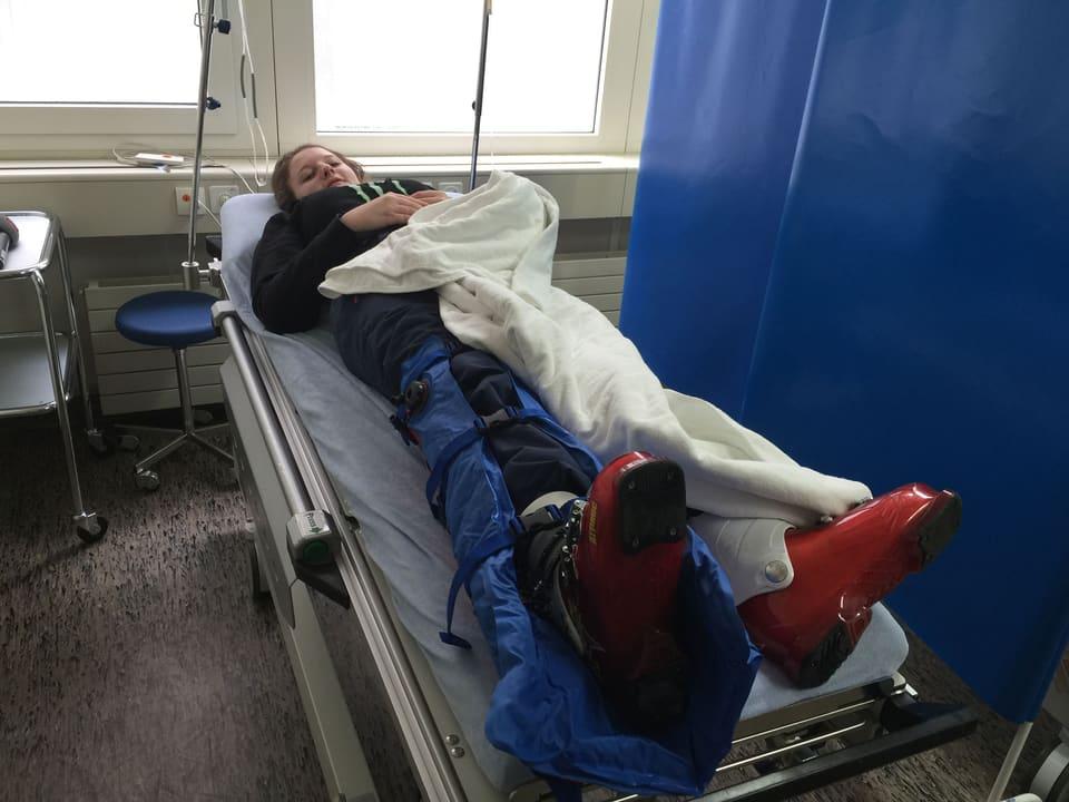 Patientin liegt in Skimontur im Spital auf dem Schragen.