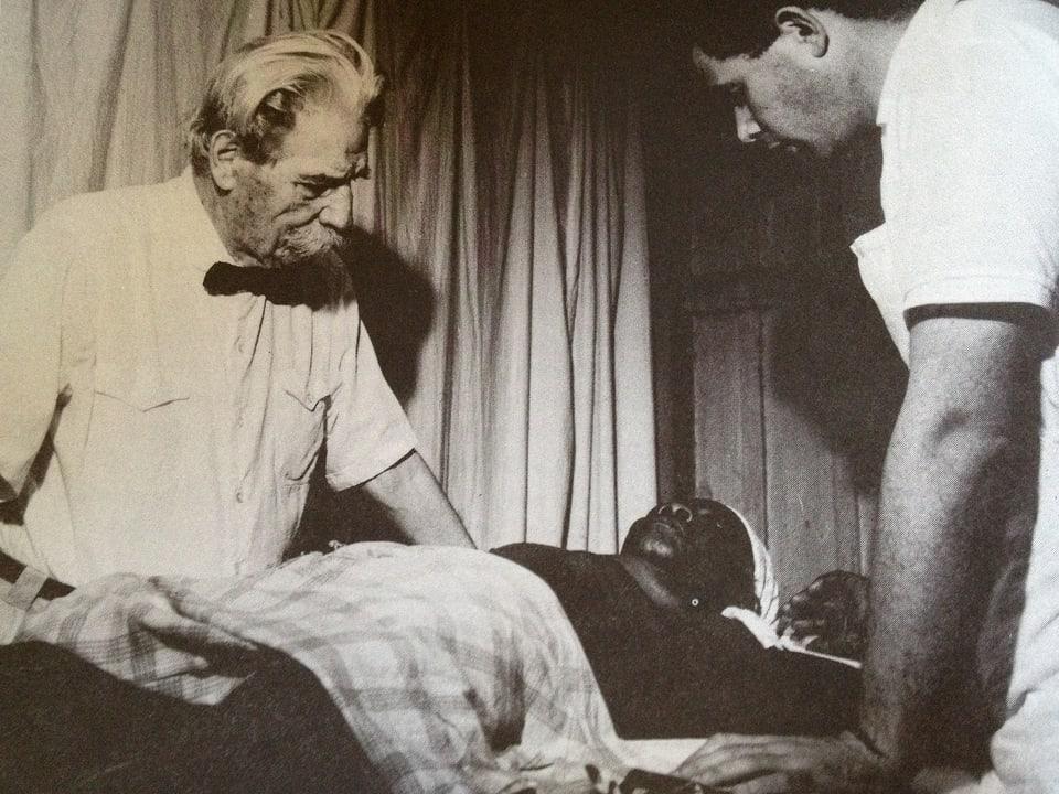 Walter Munz und Albert Schweitzer am Krankenbett.