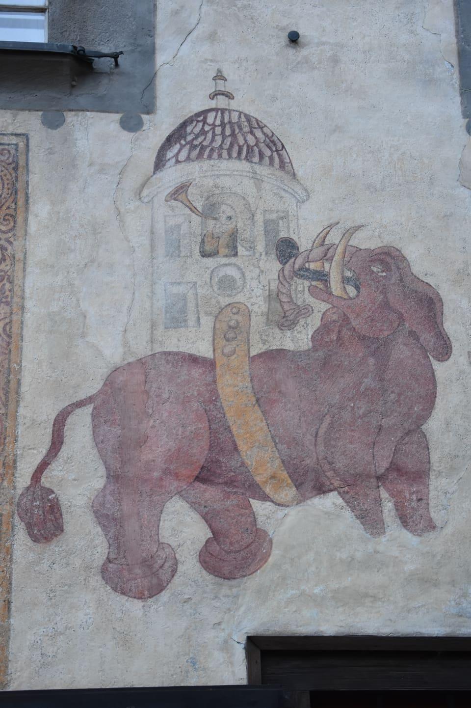Maletg d'in elefant cotschen sin ina chasa a Giuvaulta.