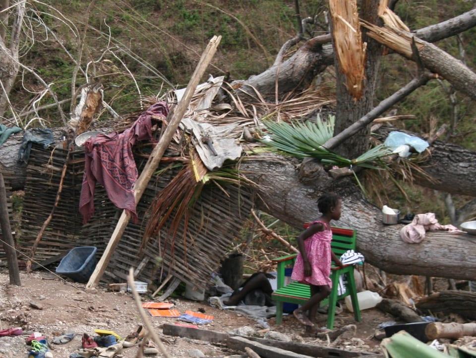 Menschen, die ihr Zuhause verloren haben, bauen behelfsmässige Hütten.