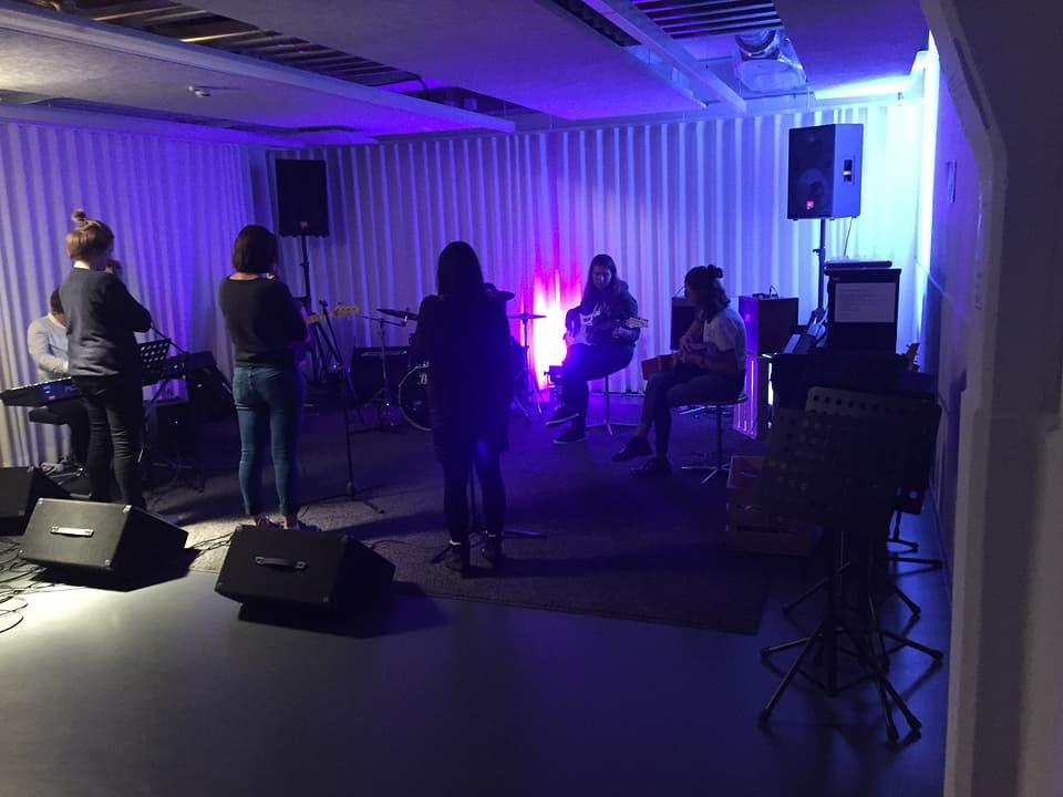 Las participantas dal «female bandworkshop« dal Grischun a chaschun da lur emprim inscunter.